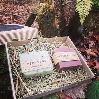 Pokud hledáte dárek pro kamarádku, maminku, babičku či sestru, kosmetický balíček je pro mnoho z vás jasná volba. Proč ale nevolit přírodní kosmetiku šetrnější k pokožce 😊 navíc v krásné dárkové kazetě za 180,- Kč. Nakombinovat mýdla si můžete sami dle výběru. Stačí napsat zde nebo na email nebo  do objednávky na www.mydlarnanezarka.cz 😊 🛁🌿#prirodnikosmetika#prirodnimydlo#darkovakazeta#priroda#mydlarna#darek#vanocnidarek#kusprirody#jdetoibezchemie