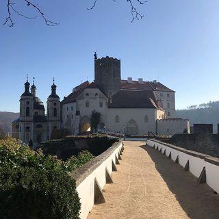 Vyrazili jsme konečně na dovolenou, a to na jižní Moravu v okolí Znojma. Dnes jsme navštívili nádherný zámek ve Vranově nad Dyjí 😊🏰 #dovolena#relax#hradyazamky#jiznimorava#vranovnaddyji#vino#znojmo#odpocinek